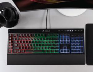 Corsair K55 Tastatur auf einem Schreibtisch